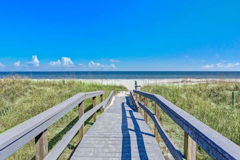 The Boardwalk över till stranden från lägenhet
