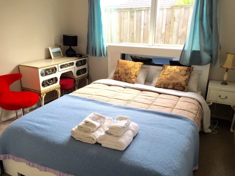 Front Unit of 2-bedroom 1 bathroom, kitchenette, c, holiday rental in Auckland