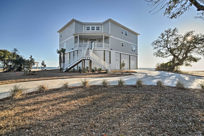 Located within minutes of great fishing and shopping, the 'Magnolia Beach House' has something for everyone.