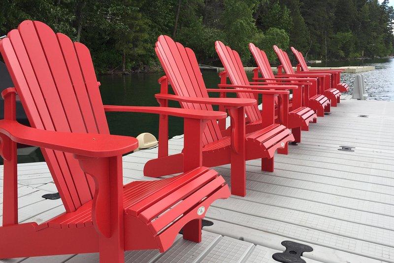 Ver puestas de sol de colores sobre el lago en los cómodos sillones.