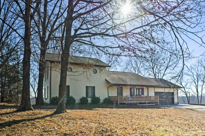 Quiet Cottage w/ Porch Btwn Branson & Springfield!, vacation rental in Nixa