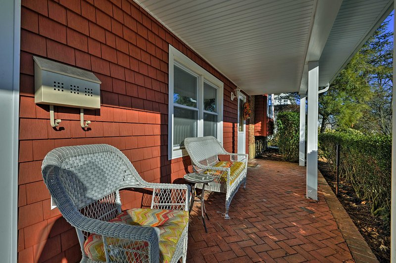 Located in a quiet New York suburb, this 3-bedroom, 2.5-bathroom vacation rental house is an ideal retreat in Glen Cove.