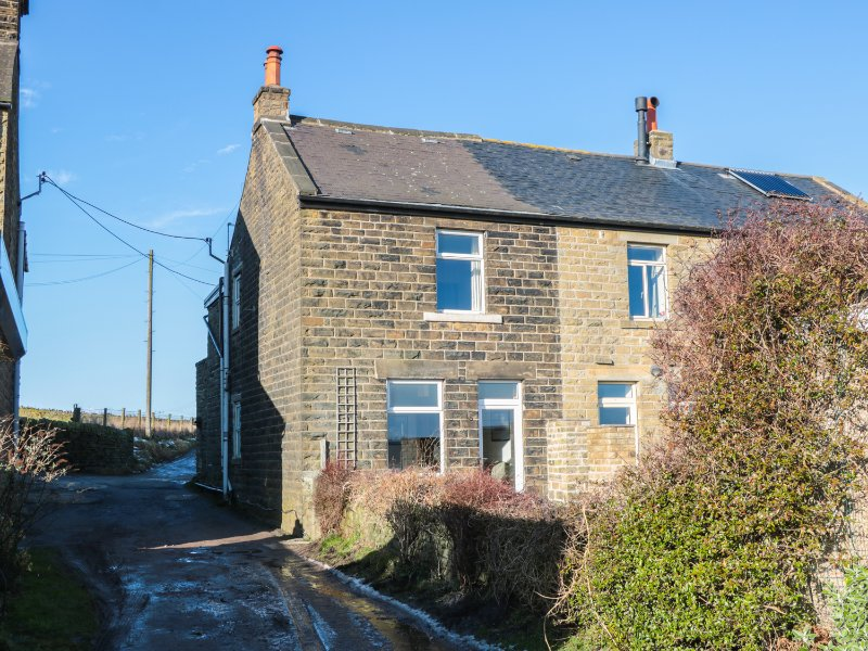 WRAGG COTTAGE, balcony with views, pets welcome, WiFi, Ref 966440, location de vacances à South Yorkshire