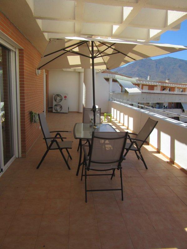 terrasse 90m2 avec vue sur la piscine, le village et la montagne.