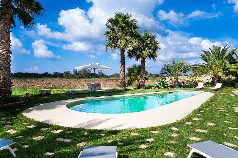 Gentiluomo Villa Sleeps 11 with Pool Air Con and WiFi - 5573568, holiday rental in Collepasso