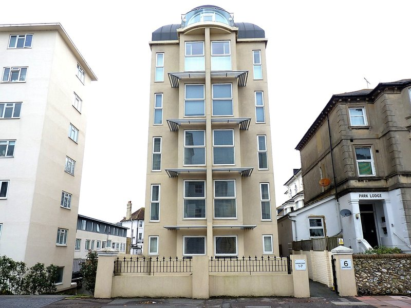 The Sanctuary - oasis of calm close to beach in central Eastbourne for 4, casa vacanza a Eastbourne