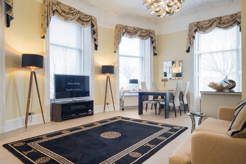 'Sheer Luxe' by MARKS AT THE MANOR - Luxury Riverside Apartment, Ferienwohnung in Aberdeen