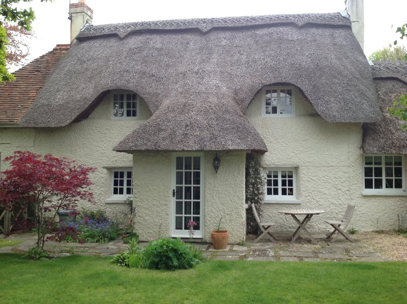 Keepings Cottage - 350 Year Old Thatched Cob Cottage, vacation rental in Lymington