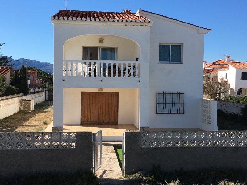 CHALET PLAYA DE DENIA, 1ª Pl., PRIMERA LINEA -HOUSE ON THE BEACH FRONT LINE, holiday rental in Denia