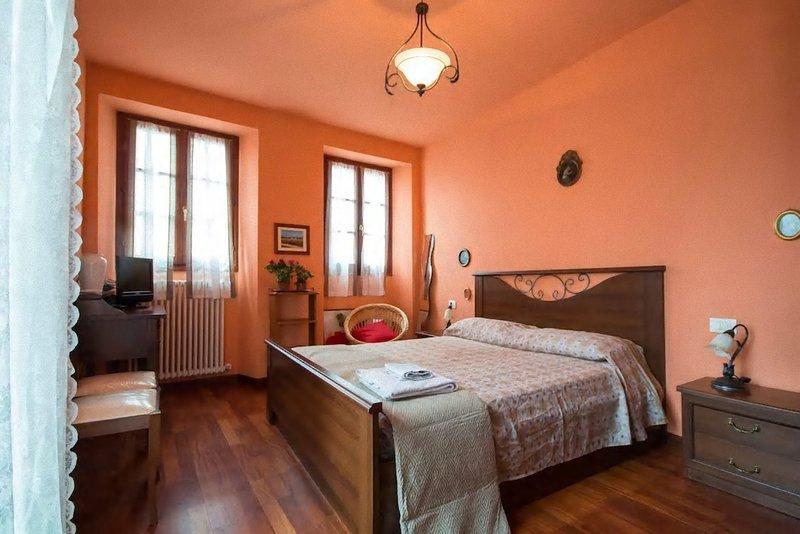 Splendido con balcone in riva e vista lago di Como, holiday rental in Brunate