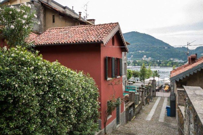 utsikt sjön från lateral Windows och yttre av villan
