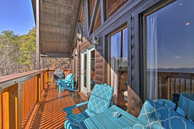 Find plenty of lounge chairs on the deck!