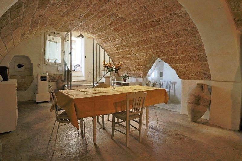 Tavern La Grotta in Matino, holiday rental in La Comune-Terrisi