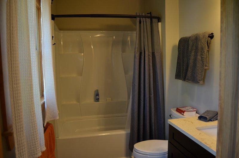 Badkamer met douche / bad