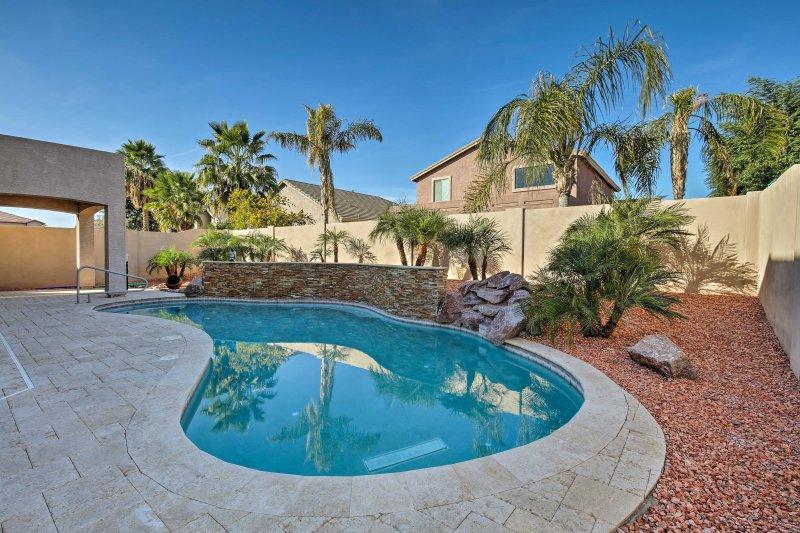Arizona vous attend dans cette maison de vacances avec 4 chambres à coucher et 2.5 salles de bains à Surprise.