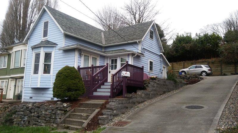 Seattle - Easy Access to Everything Blue House - Queen Bedroom - Memory Foam Bed, alquiler de vacaciones en Seattle