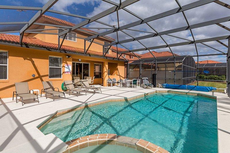 Un montón de espacio para tomar el sol, que incluso tienen una ducha junto a la piscina y medio baño también