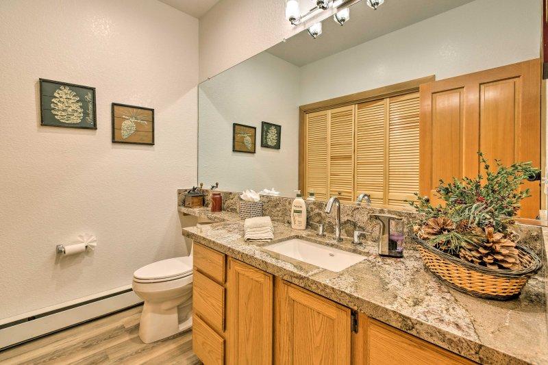The unit provides 2.5 pristine bathrooms.