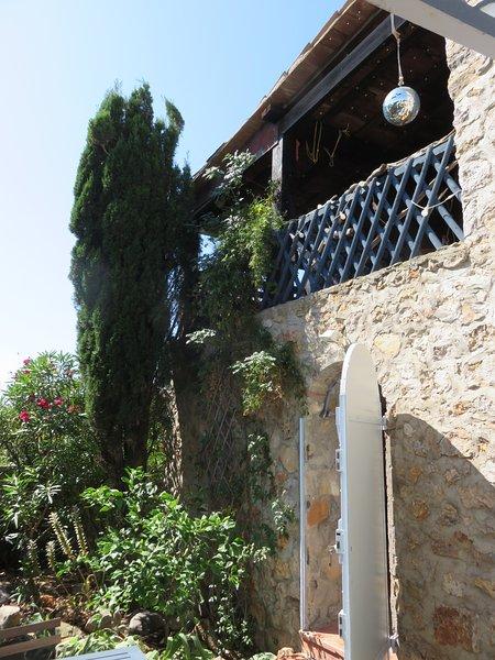 Ein Nebeneingang und obere Terrasse