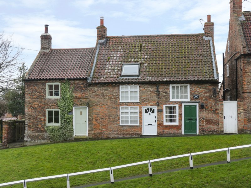 MAY COTTAGE, woodburner, pet-friendly, exposed beams, near Easingwold, Ref, vacation rental in Tollerton