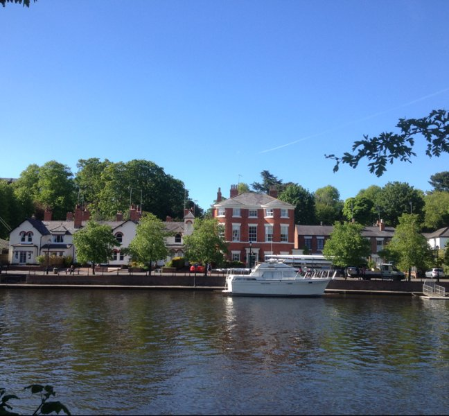 Sparkling Riverside Apartment Chester with parking-garden,walks,views,location, location de vacances à Cheshire