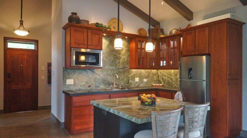Te encantará crear comidas en esta cocina bien equipada. Cierre suave de puertas y cajones.