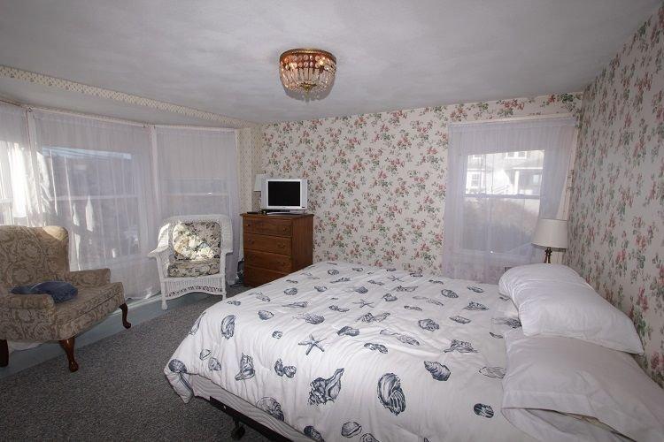 1st Floor w/ Queen Bed