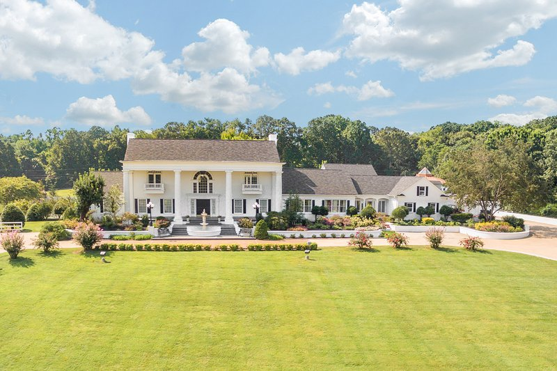 Bell Mill Mansion - Exclusive 21,000 Sq Ft Mansion with Resort Style Amenities, vacation rental in Soddy Daisy