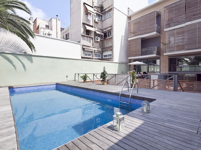 Apartment with large terrace and pool near Sagrada Familia, vacation rental in Vallmanya