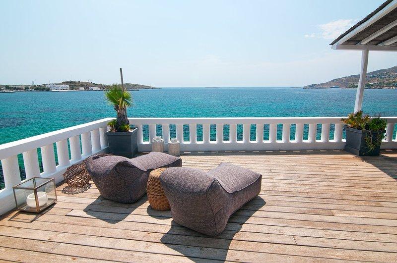 Iconic seafront villa in Poseidonia with private dock, location de vacances à Siros