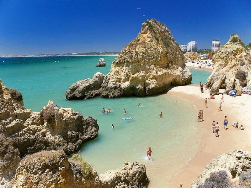 Alvor T1 with pool for up to 5 people.