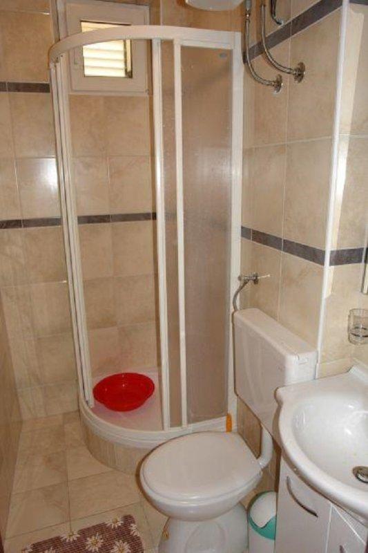 A4(2+1): bathroom with toilet