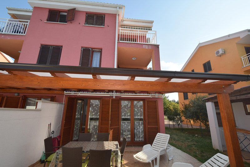 Pet friendly apartment Alex with private garden, holiday rental in Milovcici