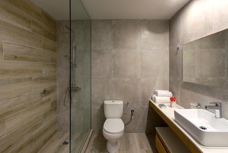 El cuarto de baño cuenta con una cabina de vidrio!