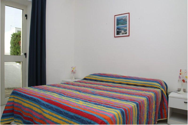 scorcio della camera matrimoniale con portafinestra sul cortiletto privato con servizio lavanderia