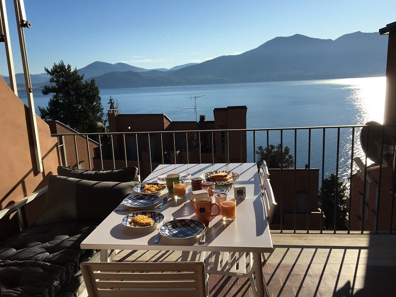 Emilia apartment with lake view and pool in Oggebbio, holiday rental in Aurano