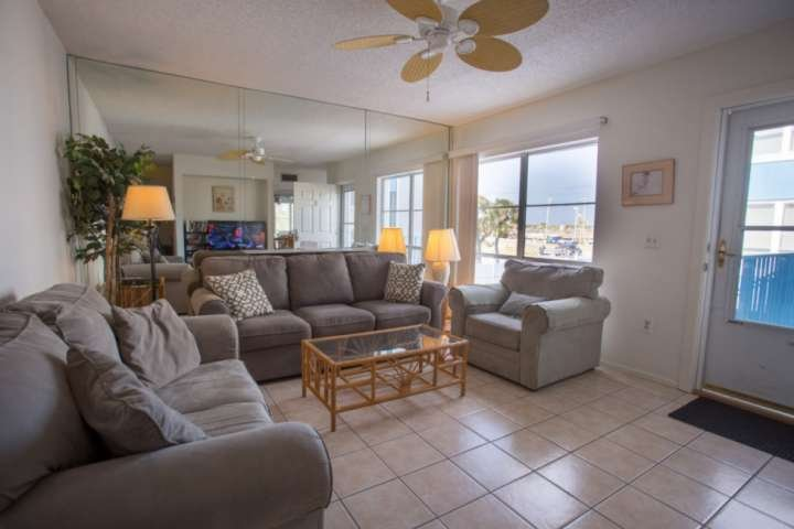 On a Budget? Affordable Spacious Two-Level Condo, Walk to Beach Access, Shops/Di, location de vacances à Madeira Beach