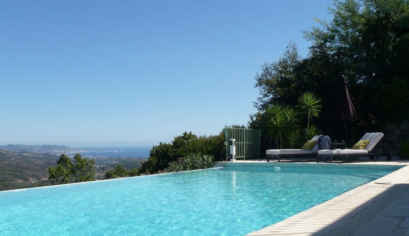 Lehnen Sie sich zurück und genießen Sie die Aussicht auf das Meer über die Bucht von Cannes