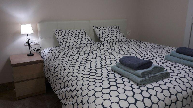 dormitorio principal con cama de matrimonio 180x200cm