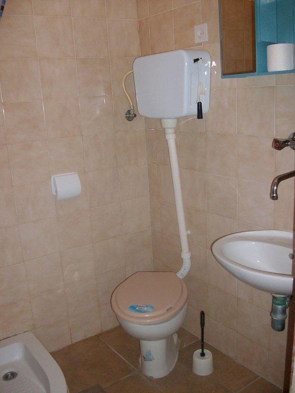 A1-Lorena 6(5): bathroom with toilet