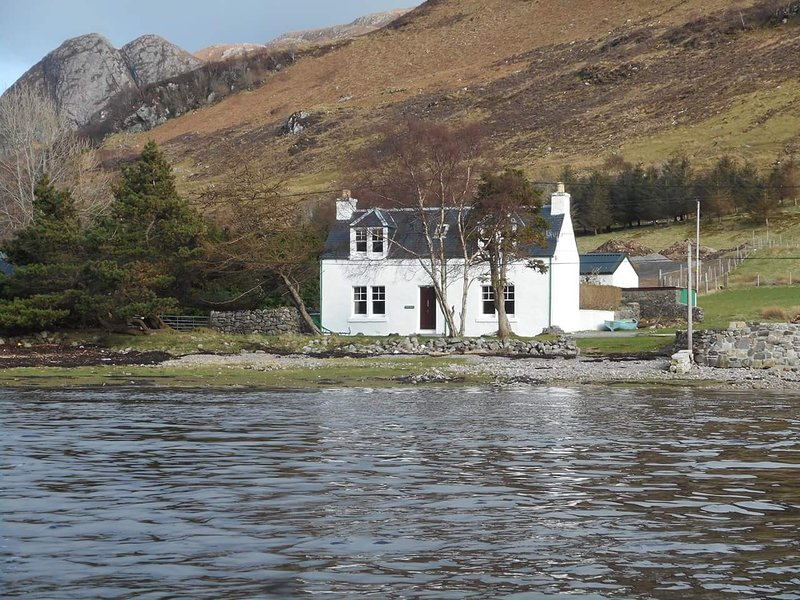 Sgurr Uran . Traditional lochside cottage in a quiet part of Dornie village, vacation rental in Drumbuie