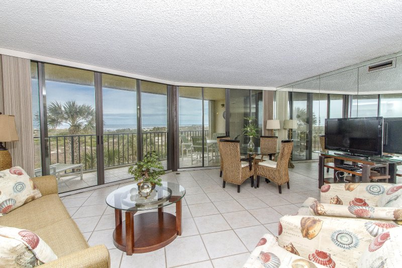 Atlantic Ocean Front Condo directly on the Beach ~ CHECK OUT THE VIEWS!, casa vacanza a Saint Augustine