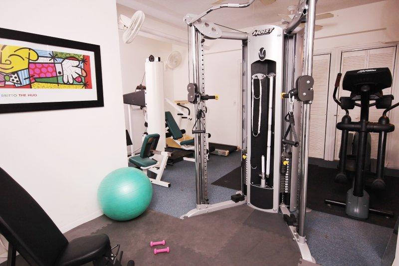 gimnasio equipado con ventiladores de techo y aire acondicionado