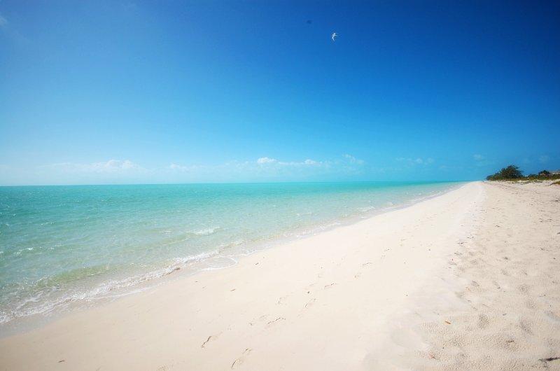 3 millas de largo playa de arena fina de polvo blanco.