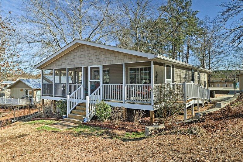 Esta casa está situada en el lago Martin y cerca de un campo de golf!