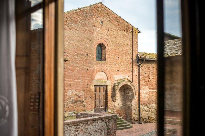 Ein Blick auf die Kirche St. Thomas und Prospero direkt aus dem Schlafbereich des Hauses zu Kanton