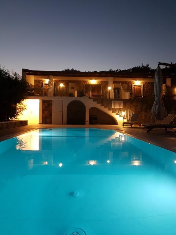 Front und Pool