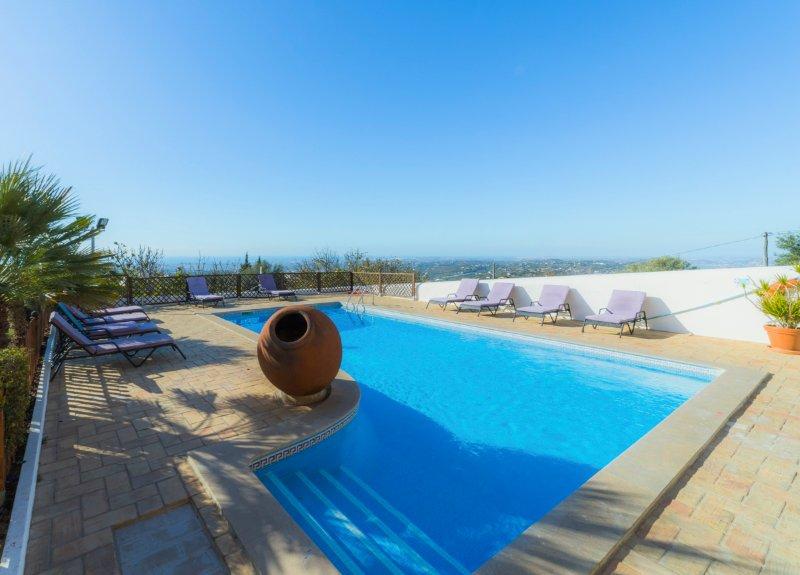 Sao Faustino Villa Sleeps 17 with Pool and Air Con - 5574459, casa vacanza a Espargal