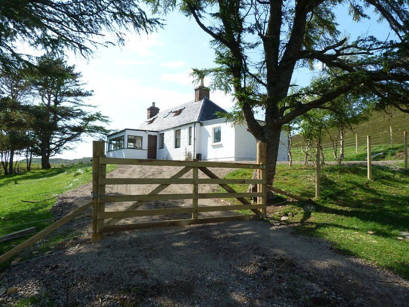Glastullich Cottage, Rhidorroch Estate - salmon fishing available on request, vacation rental in Loggie
