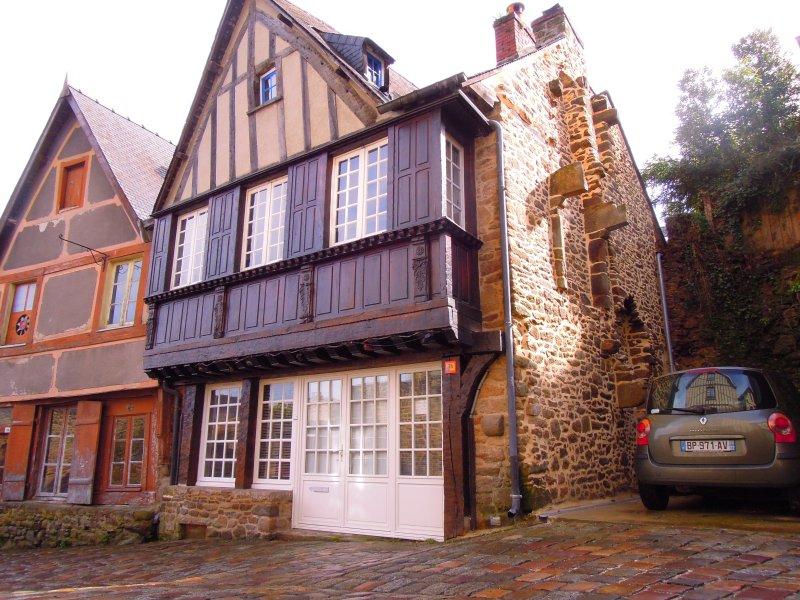 Maison Médiévale du XVè siècle avec jardin et parking privé, holiday rental in Lanvallay